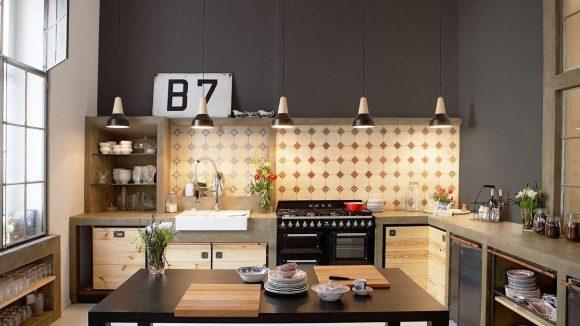 Das Herzstück der Wohnung: eine 50 Quadratmeter große Wohnküche mit Originalfliesen aus der Jahrhundertwende kombiniert mit Elementen des New Yorker Loft Styles.