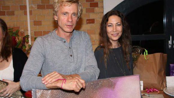 Der in Berlin lebende Künstler Ali Eckert beschenkte Karven mit einem eigenen Werk. Freundin Monica Nancy Wick war auch dabei.