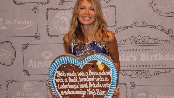 .... Yoga-Expertin und Schauspielerin Ursula Karven ...