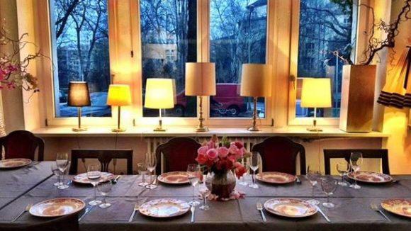 Tischlein deck dich! Im Ekunas Kitchen wird gemeinsam gekocht, gespeist und vielleicht auch die ein oder andere Handynummer ausgetauscht.