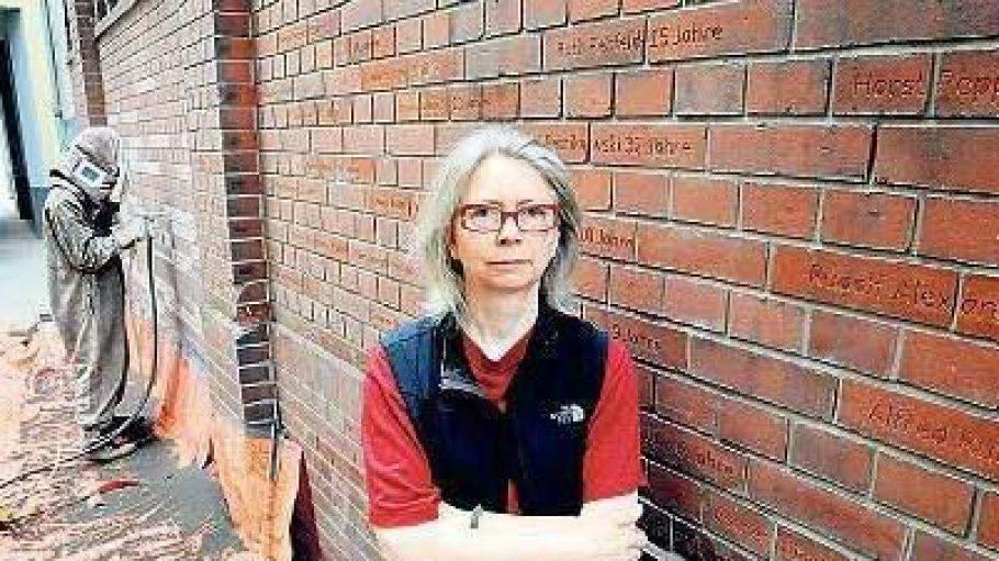 Gedenken in Stein: Die Künstlerin Susanne Ahner hatte den Wettbewerb für die Gedenkstätte gewonnen. Mit Schablonen und einer Sandstrahlpistole wurden die Namen der Ermordeten ins Ziegelwerk graviert.