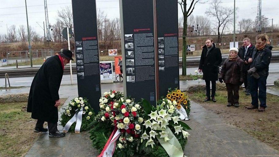 Vor den enthüllten Stelen wurden verschiedene Kränze niedergelegt; hier vom ehemaligen Berliner Museums- und Gedenkstättenreferenten Rainer E. Klemke, der den Runden Tisch für den Gedenkort geleitet hatte.