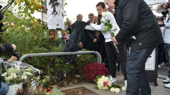 Jonnys Schwester Tina K. und der Regierende Bürgermeister enthüllen die Gedenktafel aus Bronze.