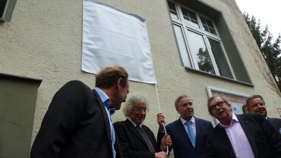 Kurz vorher: Gleich wird die Tafel für den wohl bekanntesten Literaturkritiker Deutschlands enthüllt.