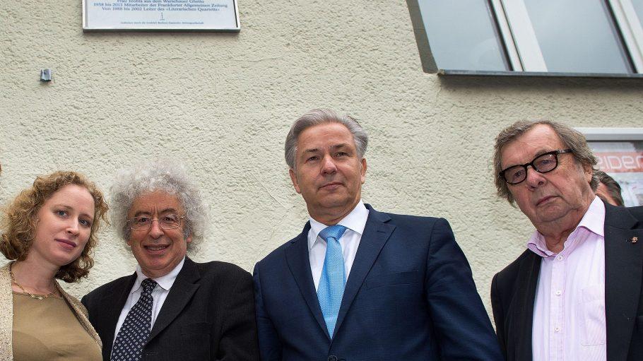 Enkeltocher Carla Ranicki, Sohn Andrew Ranicki, Klaus Wowereit und Reich-Ranickis Weggefährte Hellmuth Karasek (v.l.n.r.) vor der neuen Gedenktafel.