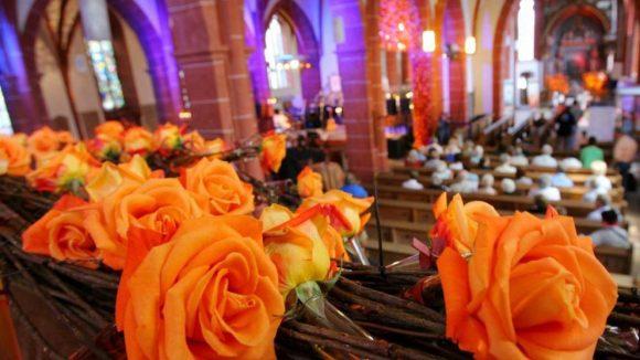 Jetzt wird es romantisch im Gotteshaus! Extra zum Valentinstag fanden in Berlin Gottesdienste für Singles und Verliebte statt.