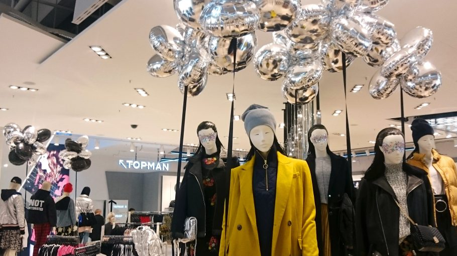 Metallic Luftballons, Bomberjacken und knallige Mäntel: in Berlins erstem eigenen Topshop / Topman Flagship Store wird es trendy.