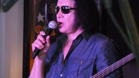 Simmons mit einer Bassgitarre seiner Firma GSX.