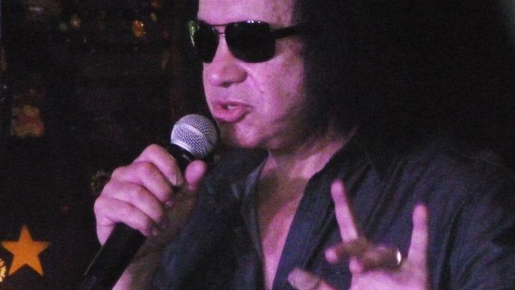 Gene Simmons gibt ein Interview vor KISS-Fans im Berliner Hard Rock Cafe.