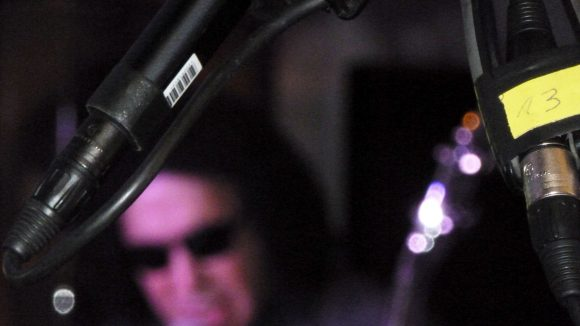 Der Mann im Hintergrund ist er mitnichten. Gene Simmons beim Interview im Hard Rock Cafe am Ku'damm.
