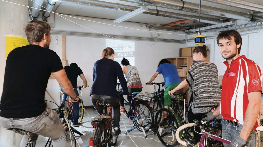 """""""Generalprobe"""" zum ersten fahrradbetriebenen Kino in der TU Berlin. Premiere am 1. Juli auf dem Tempelhofer Feld. Talu Tüntas, im roten Hemd, ist der Initiator."""