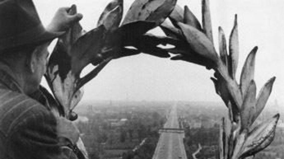 Georg Pahl: Blick durch den Lorbeerkranz der Viktoria auf der Siegessäule nach Westen, nach 1953