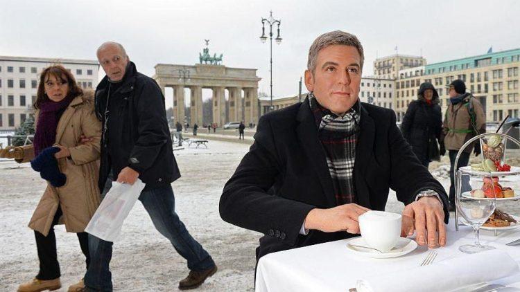 Den kennen wir doch irgendwo her: Der wächserne Clooney verursacht neugierige Blicke auf dem Pariser Platz.