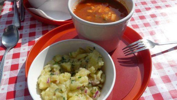 Zum Mittagessen in die Gerüchteküche. Es gibt Suppe und Kartoffelsalat.
