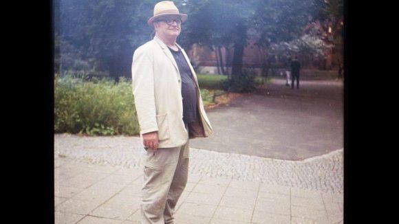 """gerhard; 55; bildhauer; der gerhard ist österreicher und seit 4 jahren lebt er in berlin. gekommen ist er weil's ihm sein sohn schmackhaft gemacht hat und wegen der bildhauerei. das pendeln nach salzburg bleibt ihm jedoch nicht ganz erspart, da er von berlin alleine nicht leben kann. taugen tut ihm hier vor allem eins: """"in berlin ist alles, die ganze welt in eine stadt gepackt!"""" sein bezirk: schöneberg"""