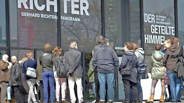 Es schlängelt sich wieder vor der Neuen Nationalgalerie.