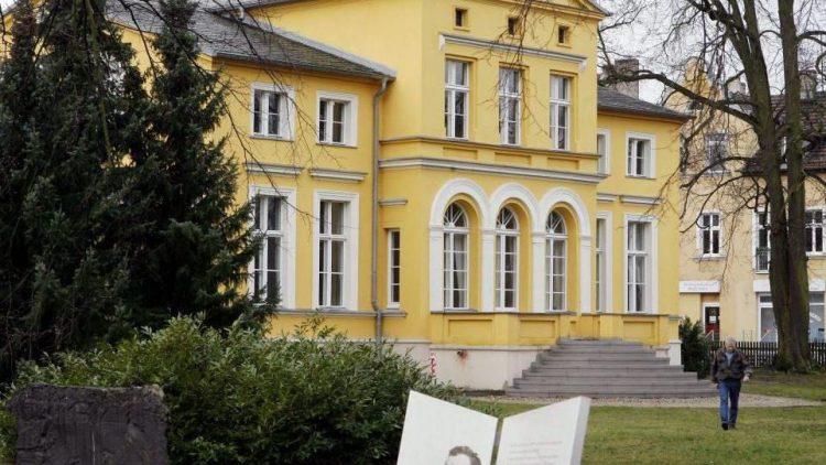 In Erkner kann man in der ehemaligen Villa Lassen, in der Gerhart Hauptmann von 1885 bis 1889 lebte, die original eingerichteten Wohnräume und eine ständige Ausstellung zu Leben und Werk des Dichters (1862-1946) besichtigen.