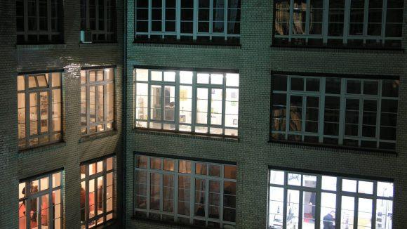 """Der Verein Kunst in den Gerichtshöfen e.V. stellte die Räumlichkeiten und Arbeiten seiner Mitglieder häufiger bei """"Langen Nächten"""" vor."""