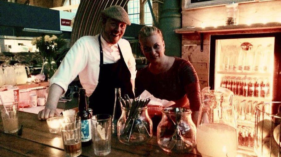 Gerlinde zusammen mit Chris O'Connor, dem sehr netten Herrn vom Service.