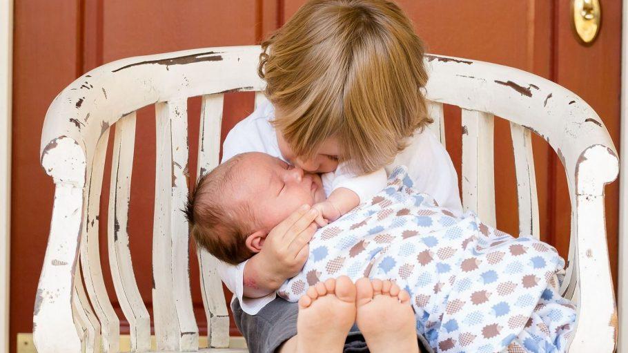 Ein Kuss für das Geschwisterkind: Kinder können in Berlin lernen, wie man mit Familiennachwuchs umgeht.