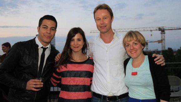 Aber sein Mann Gilardi (l.) war auch da, hier mit Aylin Tezel, Alexander Artopé (Flimmer) und Regisseurin Pola Beck.