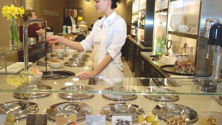Bei Giorgio Lombardi wird das Eis vor den Augen der Kunden zubereitet.