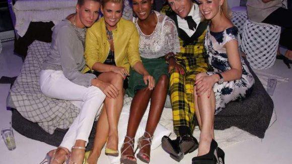Glamouröse Clique: DJane Giulia Siegel, RTL-Moderatorin Jennifer Knäble, Model Marie Amière (Africa Fashion Day), Buchautor Jens Hilbert und Tänzerin Isabel Edvardsson (v.l.n.r.).