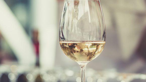 """Der """"Weddinger"""" Weißwein ist ein Cuvee - eine Mischung verschiedener Sorten aus dem Anbaugebiet Nahe in Rheinland-Pfalz."""
