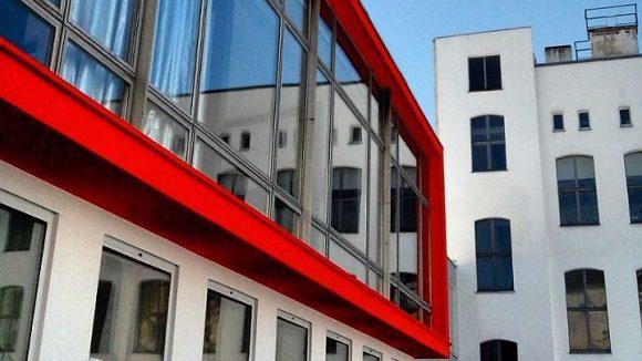 """Das sanierte Gebäude von ExRotaprint wird gerne einfach """"Glaskiste"""" genannt."""