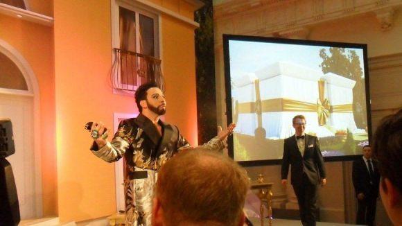 Ein bisschen Show muss sein! Im Hintergrund: Creative Director Olaf Zerback.