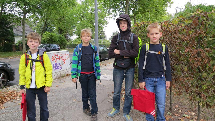 Gleich geschafft! Phorms-Schüler im Osteweg auf dem Weg zu Fuß zur Schule.