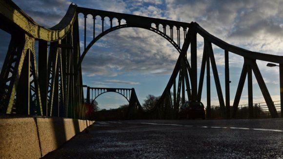 Die Glienicker Brücke lag während der Teilung an der Schnittstelle von Ost und West – und wurde zum Agentenaustausch genutzt.