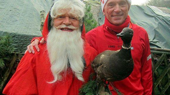 Bernd Hübner (links), hier mit LauffreundWolfgang Paech und einer ausgestopfter Gans, veranstaltet auch in diesem Jahr seinen traditionellen Gänsebratenverdauungslauf.