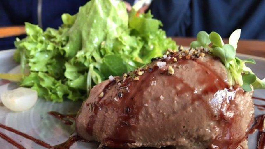 Die Perfekte Kombination im Café More: leckere Gänseleber und ein 2015er Pas de Deux Cabernet-Merlot.