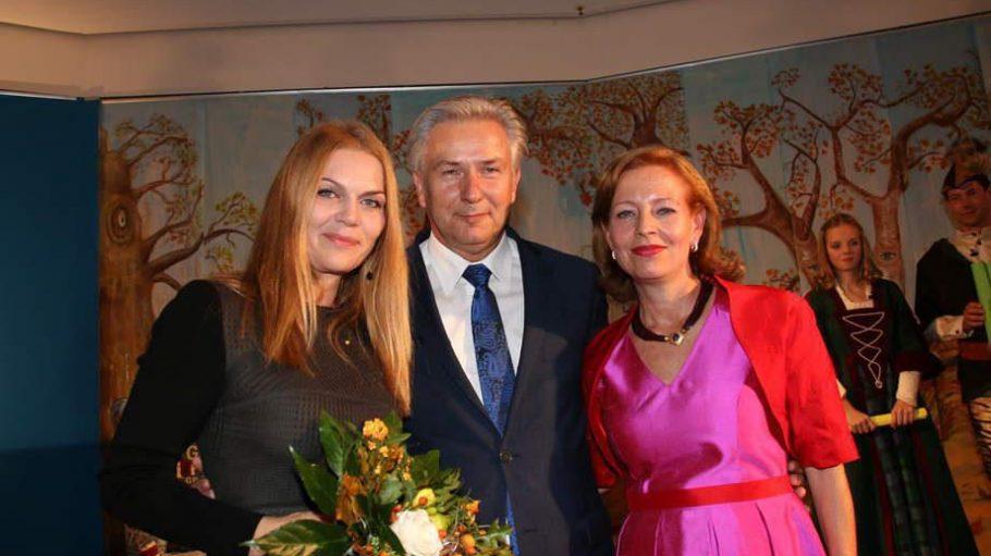 Schauspielerin Anna Loos (l.) bekam in der Britischen Botschaft im Rahmen der Märchentage die Goldene Erbse für ihr Engagement verliehen. Die Laudatio hielt der 'Regierende' Klaus Wowereit. Neben den beiden steht Silke Fischer, die Organisatorin des Events.