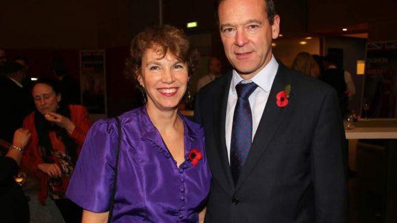 Der Gastgeber, Botschafter Simon McDonald, und seine Frau Olivia trugen Mohnblumen im Gedenken an die Weltkriegsopfer.