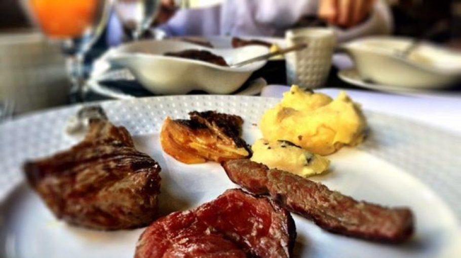 Ein Träumchen von Fleisch liegt auf dem Teller im Goldhorn Beefclub.