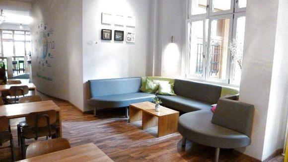 Viel Holz und eine gemütliche Atmosphäre unterstreichen die naturverbundene Philosophie des Goodies Berlin.