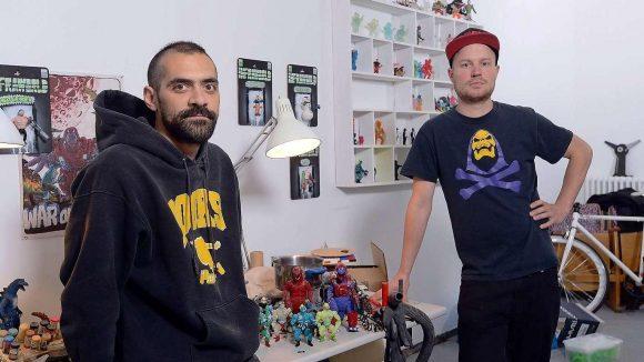 Pablo Perra und Lucas Rellecke gießen in ihrer Werkstatt selbst gestaltete Actionfiguren aus Kunstharz – und können mittlerweile sogar von ihrem Handwerk leben.