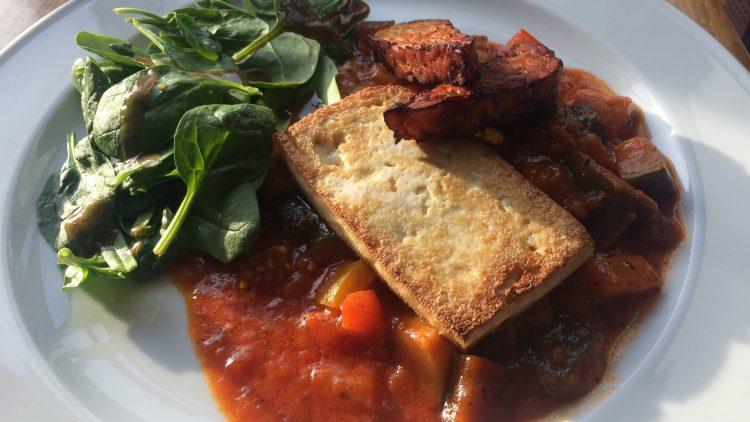 Im Gottlob in Schöneberg sieht der 2-Gänge-Mittag zum Beispiel so aus: Erst Apfel-Sellerie-Cremesuppe und dann Tofu, Tempeh, asiatisches Ratatouille und Spinat.