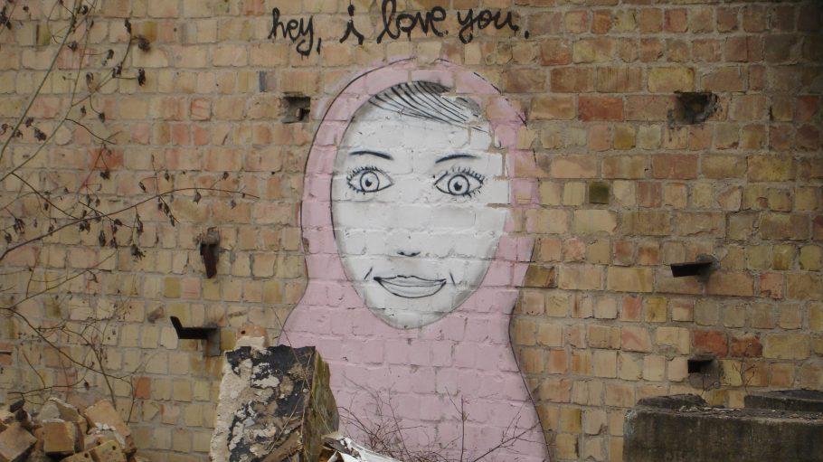 Dieses Graffiti fanden Kathrin Lange und ihr Mann auf dem Gelände der alten Flugzeugfabrik in Karlshorst - das Bild taucht auch im Roman auf.