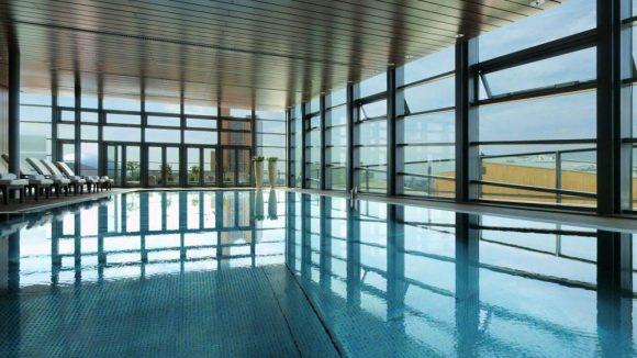 Lichtdurchflutet: der Pool-Bereich im obersten Stock des Grand Hyatt Hotels.