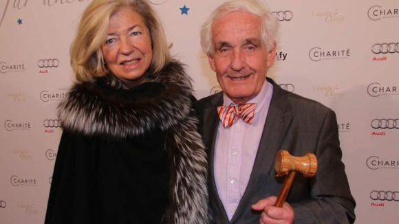 Ebenso tauchten Gräfin von Bernstorff und Ehemann Peter Raue auf. Aber wieso hat er denn einen Auktionshammer in der Hand?