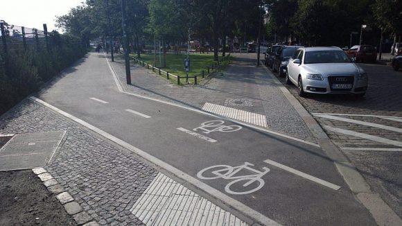 Radweg oder Audi-Parkplatz? Die Rackow-Schule bezieht klare Position. Auf dem Bild zu sehen ist nicht der unfertige Radweg in der Fasanenstraße, sondern der neue entlang des Bahndamms in der Simplonstraße.