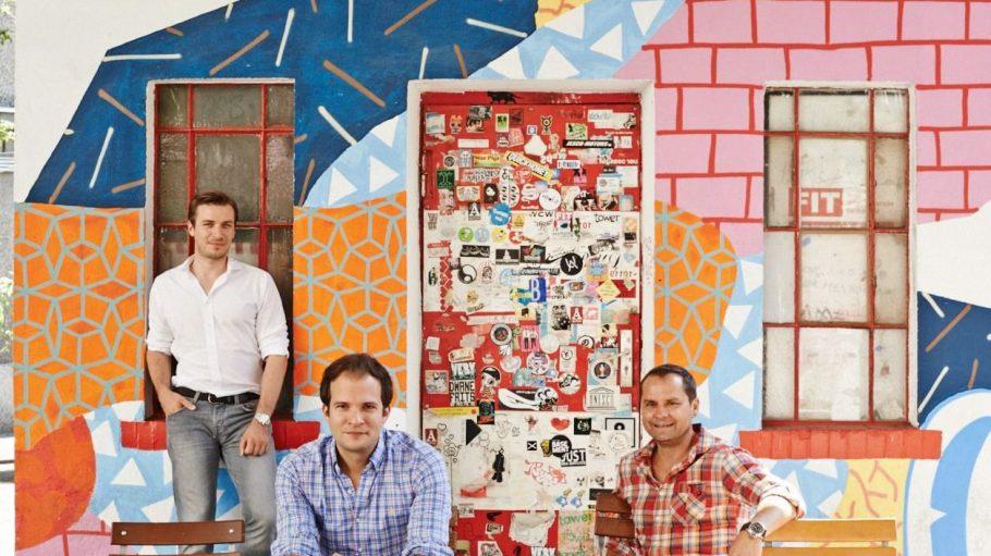 """Patrick Andrä, Wolfgang Heigl und Nils Regge vergleichen mit dem Start-up """"HomeToGo"""" Preise für Ferienhäuser und -wohnungen."""