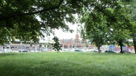 Der Pocket-Park liegt direkt an der Mühlenstraße, mit Blick zum Stadtplatz und zur Oberbaumbrücke.