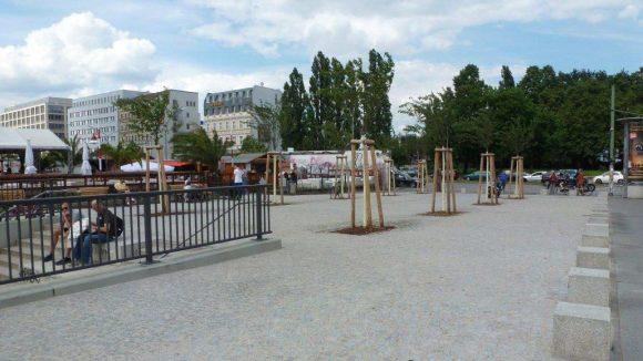 Und noch eine andere Perspektive: Der Blick von der Oberbaumbrücke auf den Stadtplatz und den dahinter liegenden Pocket-Park.