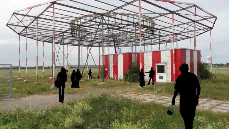 """Ein echtes Mammutprojekt für das HAU: Pavillon der """"Großen Weltausstellung"""" auf dem ehemaligen Flughafengelände Tempelhof."""
