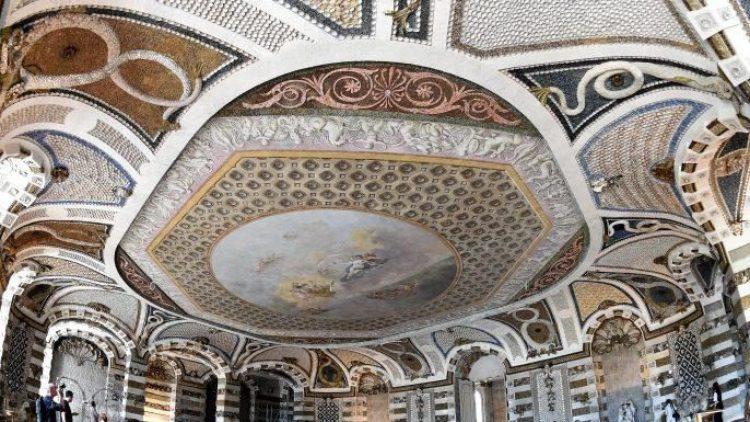 Macht seinem Namen mehr als Ehre: Der Grottensaal im Neuen Palais. Friedrich der Große ließ ihn mit Muscheln und Edelsteinen auskleiden. Ab heute kann das instand gesetzte Schmuckstück wieder besichtigt werden.