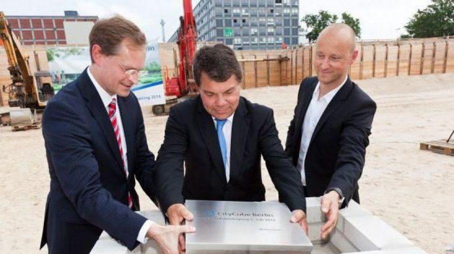 Grundsteinlegung für das neue Messe- und Kongresszentrum City Cube mit Stadtentwicklungssenator Michael Müller, Raimond Hosch, Vorsitzender der Messe-Geschäftsführung und Volker Giezek, Büroinhaber von Code Unique Architekten.